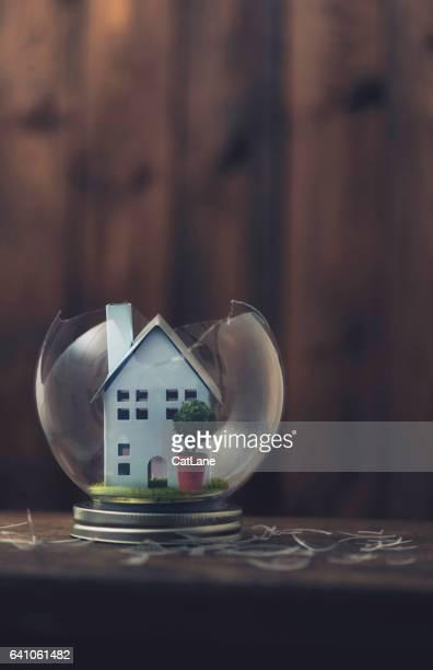 Conceptuele beelden uitbeelden van een gebroken huis