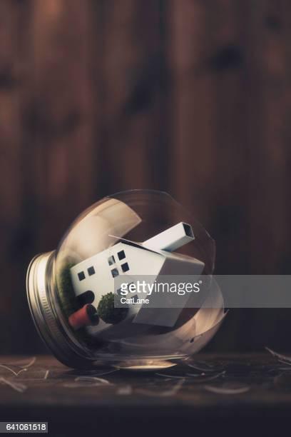 konzeptionelle darstellung einem zerrütteten elternhaus bilder - wohngebäudeversicherung stock-fotos und bilder