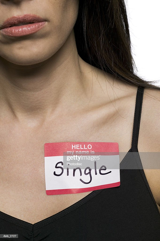 conceptual shot of an adult woman with a name tag that states she is single : Stockfoto