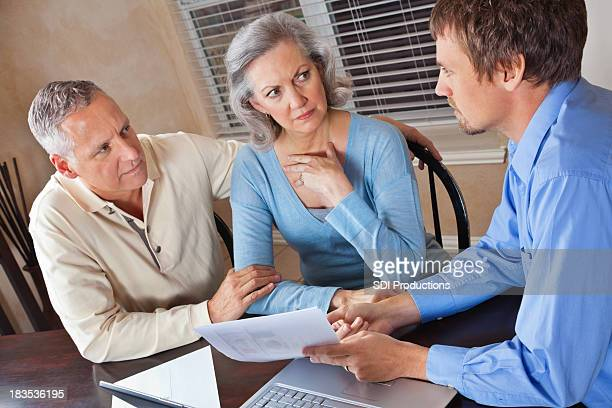 Inquiet Couple réunion avec le Conseiller financier