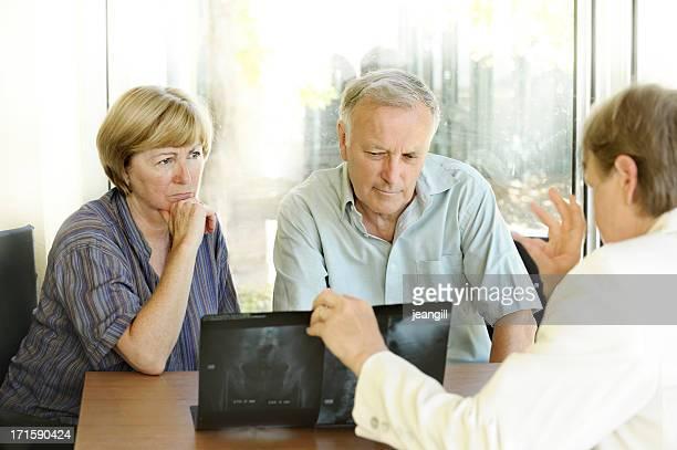 preocupado casal ver raios-x com um especialista - coluna vertebral humana imagens e fotografias de stock