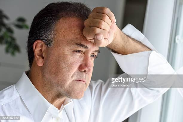 Preocupado hombre maduro