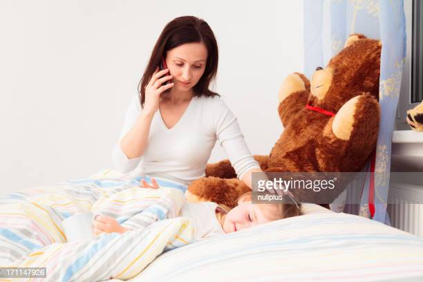 Betroffenen Mutter spricht am Telefon