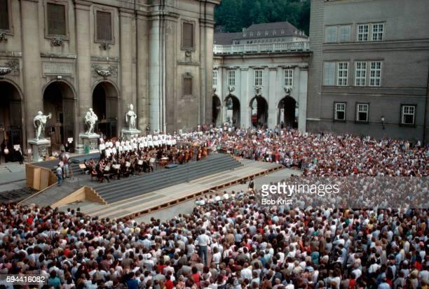 concert in domplatz - domplatz salzburg stock pictures, royalty-free photos & images
