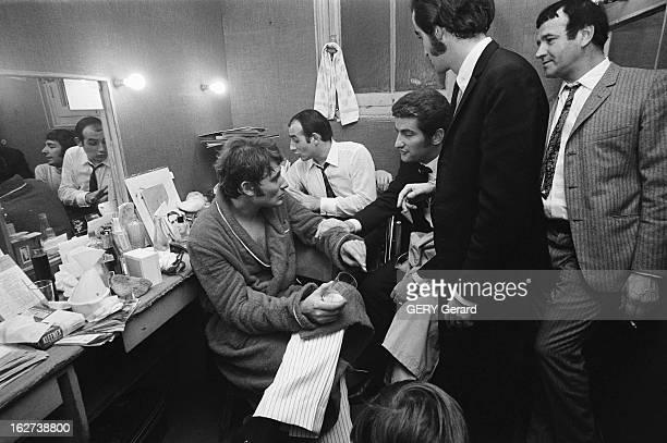 Concert Of Johnny Hallyday At The Olympia Johnny HALLYDAY dans sa loge de l'Olympia avec Eddy MITCHELL et Dick RIVERS Octobre 1966