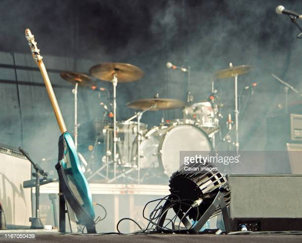 concert stage with instruments and smoke. - concert photos et images de collection