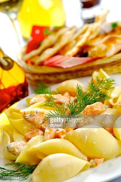 Conchiglie avec du saumon et sauce à la crème