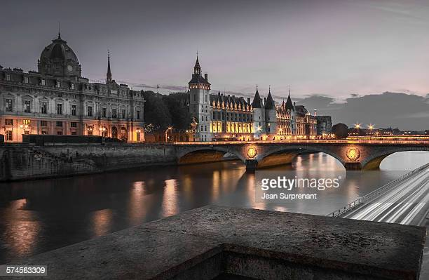 conciergerie at night - river seine stock pictures, royalty-free photos & images
