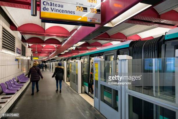 concorde subway station in paris. - emreturanphoto stock pictures, royalty-free photos & images