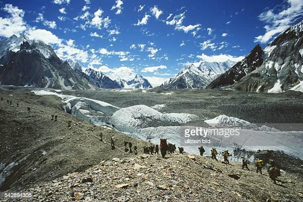 ConcordiaPlatz im KarakoramGebirge Pakistan Mitglieder einer Expedition Bergsteiger und Träger beim Anstieg über ein Geröllfeld Auf dem von W M...