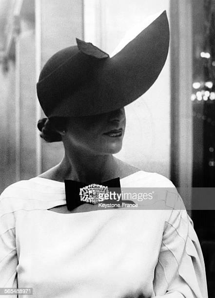 Concours du plus joli chapeau d'été 1935 au Pré Catelan avec le chapeau 'Le Jockey' de la maison Suzanne Farlier à Paris France le 13 juin 1935