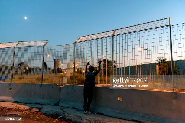 Concrete barriers and a network of over 3 meters have closed the perimeter of the garrison in Piazzale Maslax where there are about 300 refugees...