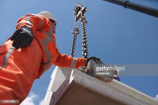輸送中のコンクリート梁 - 吊り上げる ストックフォトと画像