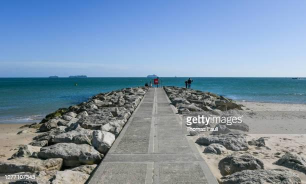 サンドバンクスの岩を持つコンクリートのグロイン - プール湾 ストックフォトと画像