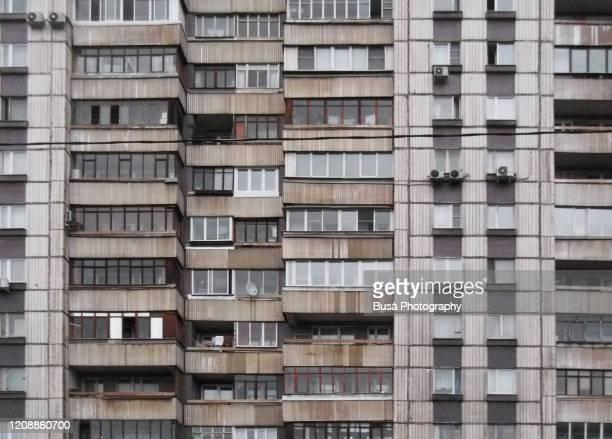 concrete housing tower in moscow, russia - toren bouwwerk stockfoto's en -beelden