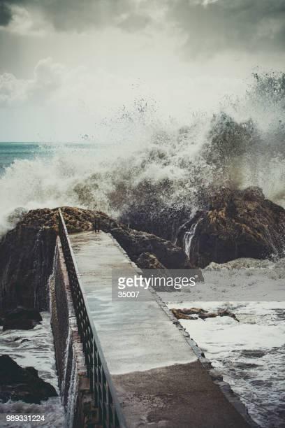 イタリア、アマルフィ海岸の波のしぶきでコンクリート桟橋