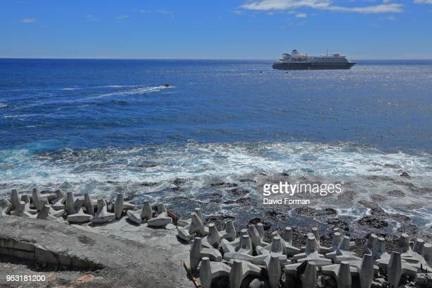 concrete reinforcement against heavy seas at entrance of 'edinburgh of the seven seas' port, tristan da cunha. - tristan da cunha eiland stockfoto's en -beelden