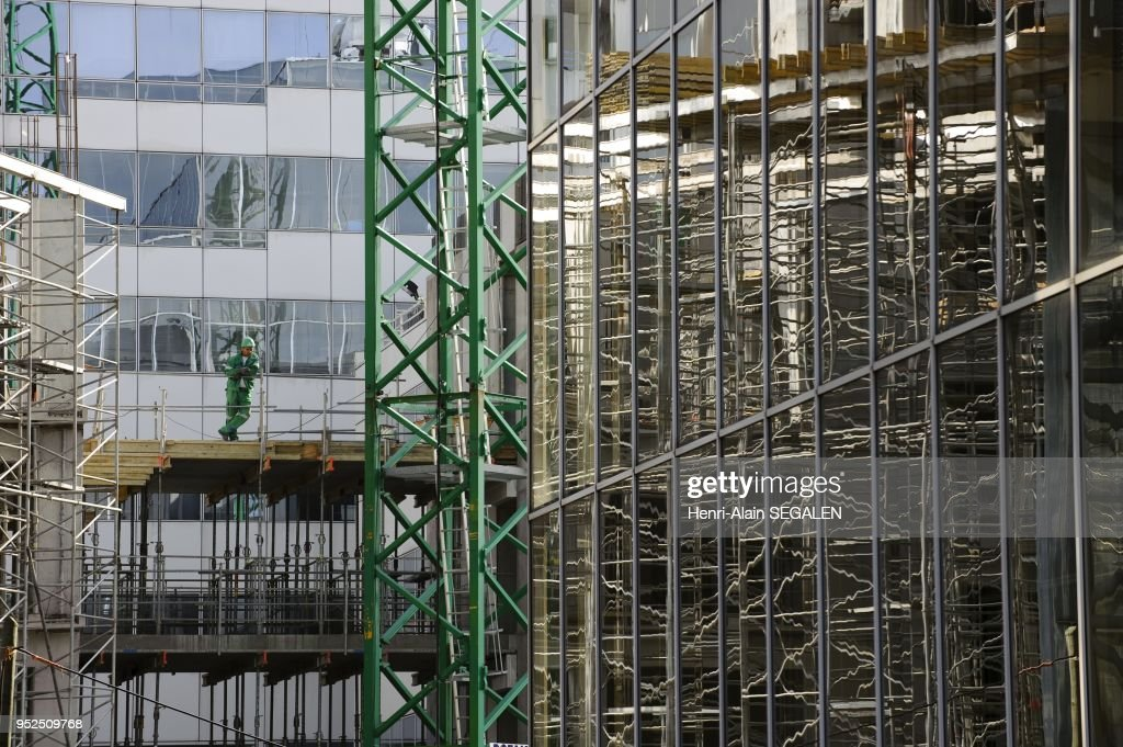 worker over scaffoldings in a building site ニュース写真 getty images