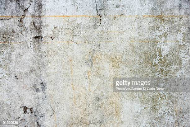 concrete wall, cracked, rust streaked, detail - rust colored - fotografias e filmes do acervo