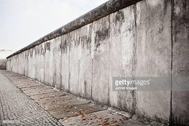 concrete wall - berliner mauer stock-fotos und bilder