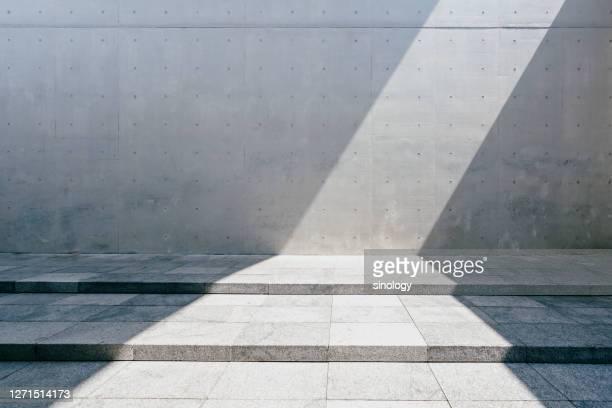 concrete wall with shadow - rua imagens e fotografias de stock
