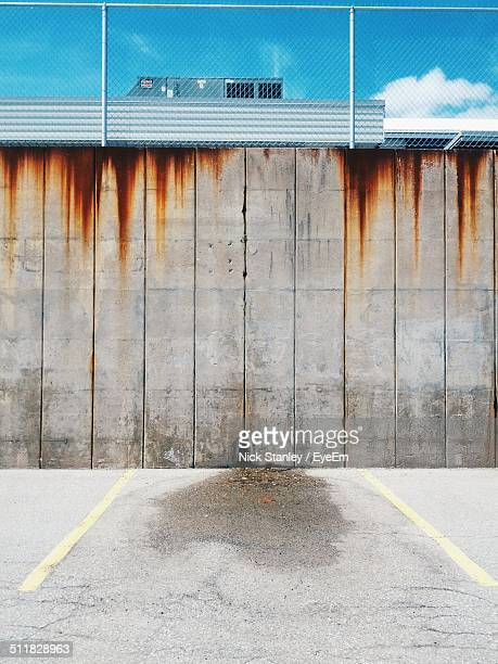 concrete walls with wire fence - prison building stock pictures, royalty-free photos & images