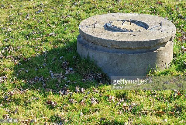 concrete well - putten stockfoto's en -beelden