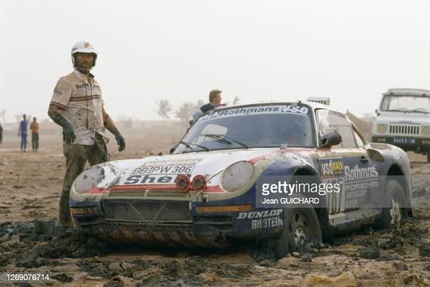 Concurent auto du rallye Paris-Dakar Roland Kussmaul sur la Porsche 187 lors de l'étape entre Boutilimit et Saint-Louis, le 20 janvier 1986, Sénégal.