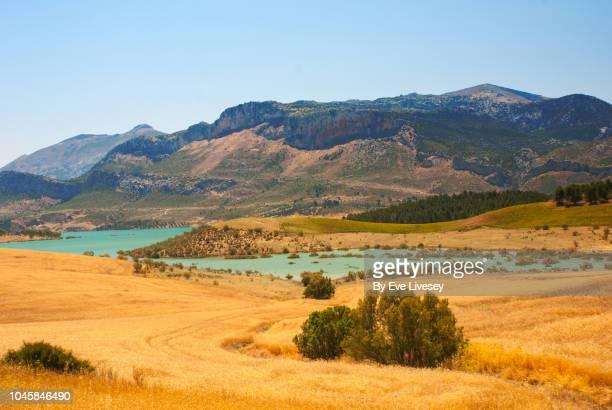 conde de guadalhorce reservoir - paraje natural torcal de antequera fotografías e imágenes de stock