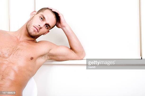 Condident 視線をネイクドたくましい男性モデル