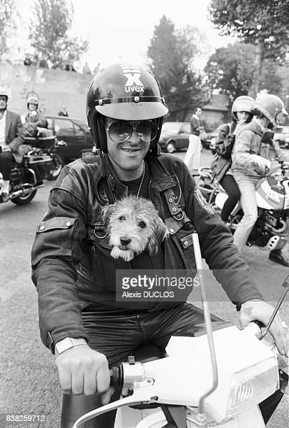 Conducteur de 2 roues et son chien lors d'une manifestation de motards à Paris France le 12 octobre 1985