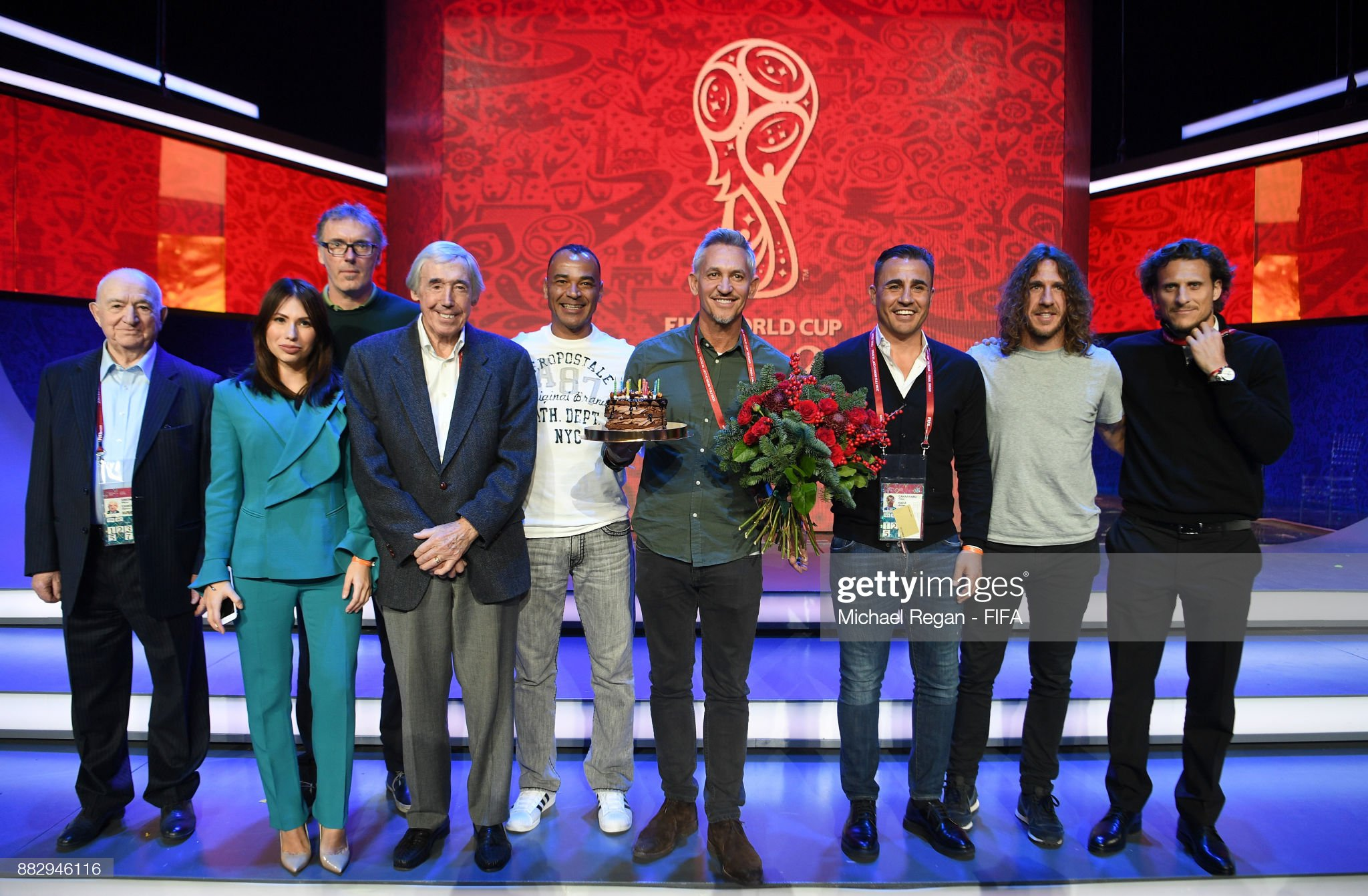 ¿Cuánto mide Carles Puyol? - Altura - Real height - Página 4 Conductor-gary-lineker-poses-with-his-birthday-cake-with-conductor-picture-id882946116?s=2048x2048