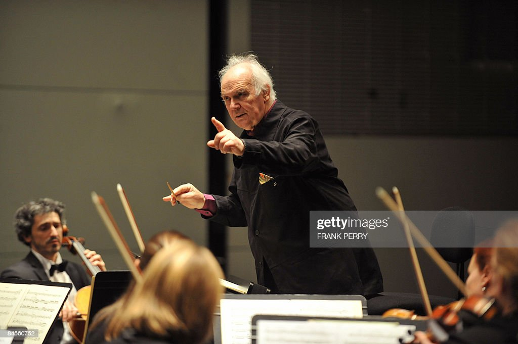 Conductor Michel Corboz performs with th : News Photo