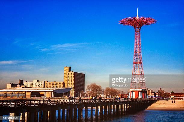 coney island pier and fair - ブルックリン コニー・アイランド ストックフォトと画像