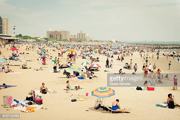 coney island summer crowds - crowded beach stock pictures, royalty-free photos & images
