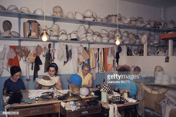 Confection de chapeaux dans l'atelier du modiste Jean Barthet circa 1960 à Paris France
