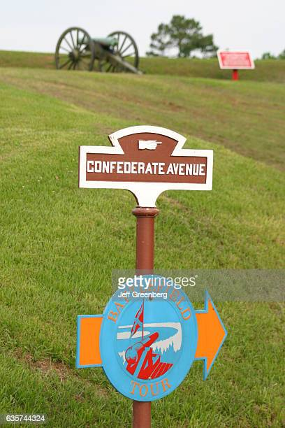 A confederate avenue and battlefield tour sign