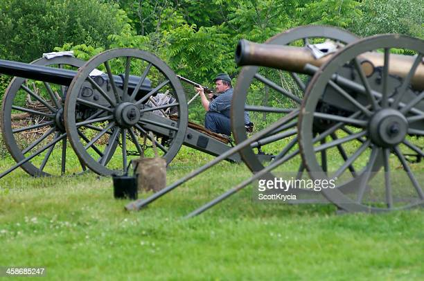 confederate civil war renactors wait for union troops - 1864 stock pictures, royalty-free photos & images