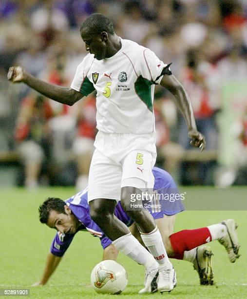 Confederations Cup 2003 Finale Paris Kamerun Frankreich 01 Ludovic GIULY/FRA Thimothee ATOUBA/CMR