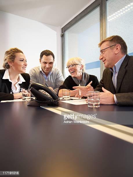 Conférence téléphonique dans une réunion de groupe