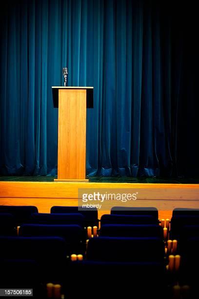 hall de conferências com rostrum e microfone - entrevista coletiva - fotografias e filmes do acervo