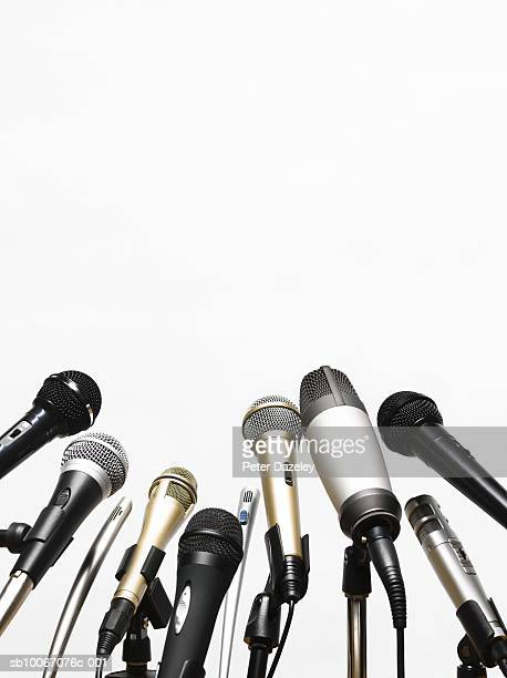 conference microphones on white background - conferenza stampa foto e immagini stock