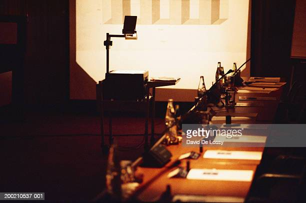 conference table and overhead projector with screen - overheadprojector stockfoto's en -beelden