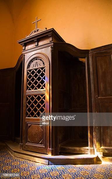 告解室にステンドグラスの窓の反射