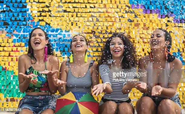 confettis, couleurs et frevo - danse latine photos et images de collection