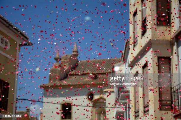 confetti festival - cabalgata fotografías e imágenes de stock