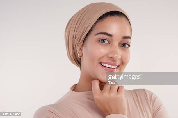 confidence is in the smile - hijab stock pictures, royalty-free photos & images