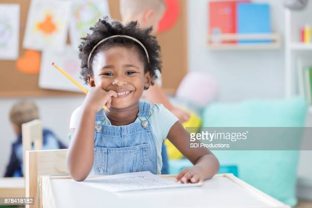 confiante americana africano pré-escolar aluna na classe - educação - fotografias e filmes do acervo