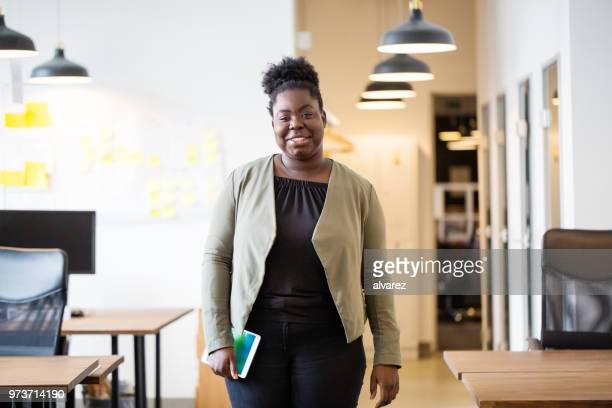 Selbstbewusste afrikanische Frau im Büro
