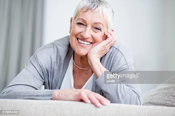 Selbstbewusst und glücklich leitender Frau
